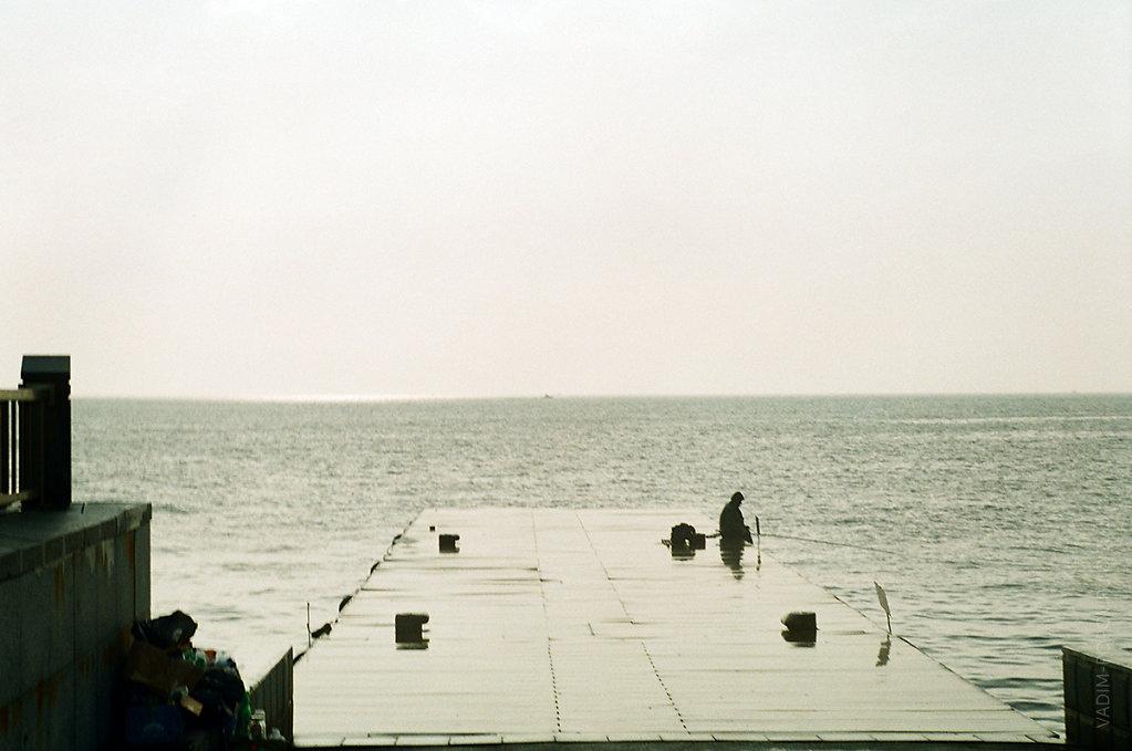 Рыбак на пирсе Спортивной набережной